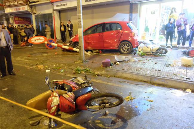 Hà Nội: Dừng mua hoa 8/3 bị ô tô điên tông hàng loạt, 7 người bị thương - Ảnh 3.