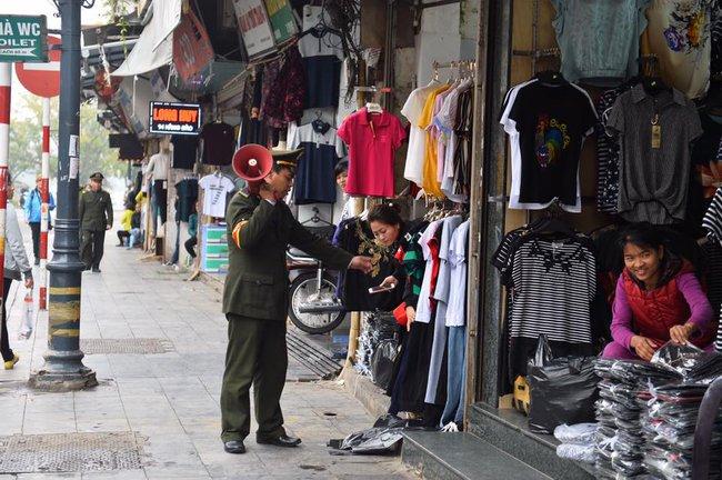 Chùm ảnh: Trung tâm quận Hoàn Kiếm đồng loạt ra quân giữ trật tự vỉa hè phố cổ - Ảnh 2.