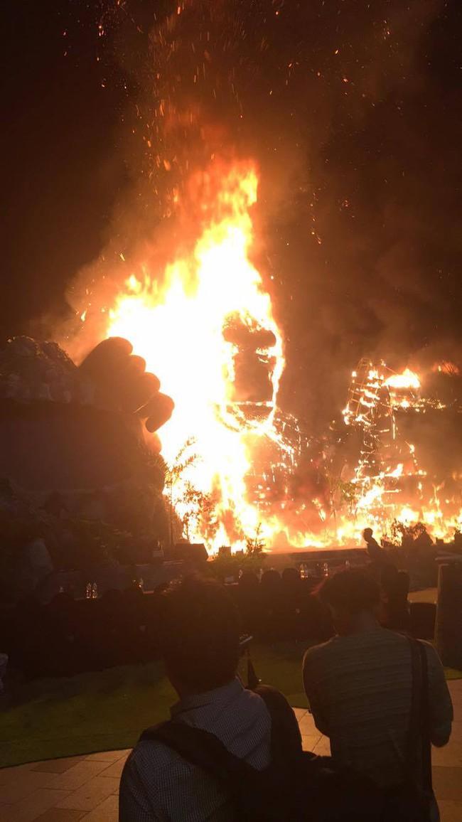 Nghệ sĩ và khách mời bỏ chạy tán loạn khi sân khấu Kong: Skull Island tại Sài Gòn bất ngờ bốc cháy - Ảnh 2.