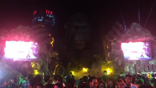 Nghệ sĩ và khách mời bỏ chạy tán loạn khi sân khấu Kong: Skull Island tại Sài Gòn bất ngờ bốc cháy - Ảnh 3.