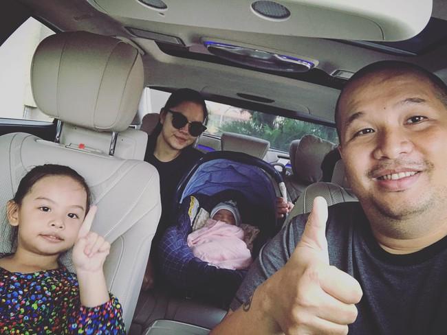 Đạo diễn Quang Huy khoe ảnh công chúa nhỏ 1 tuần tuổi, kể chuyện vui về con gái khi có em - Ảnh 1.