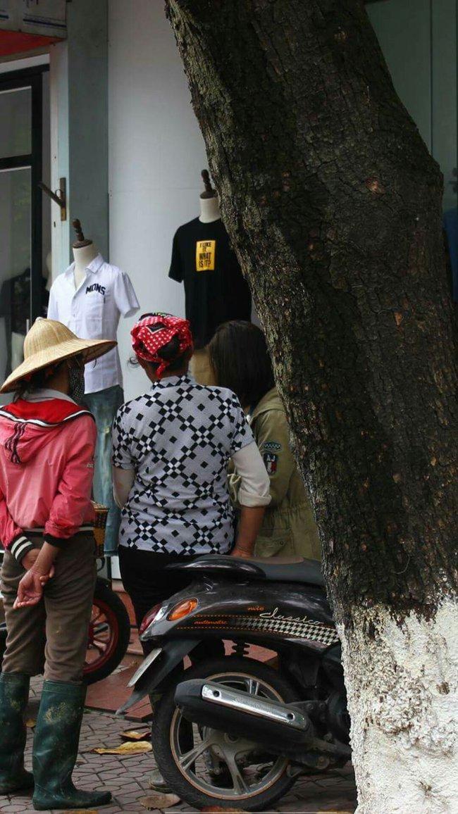 Câu chuyện xúc động về hai người mẹ nghèo đứng ngần ngại trước shop thời trang trẻ ở Bắc Giang - Ảnh 2.