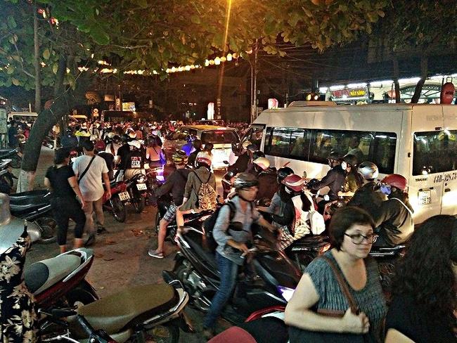 Kẹt xe kéo dài hàng tiếng đồng hồ ở Hội An - Ảnh 7.