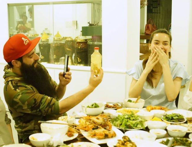 Hà Hồ mời đạo diễn Kong: Skull Island dùng cơm tối thân mật với gia đình - ảnh 4