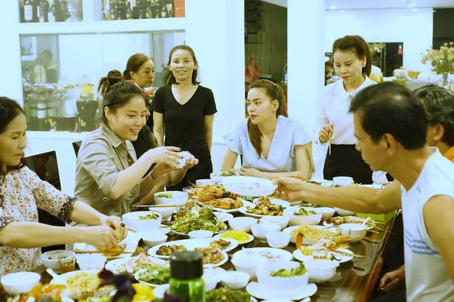 Hà Hồ mời đạo diễn Kong: Skull Island dùng cơm tối thân mật với gia đình - ảnh 7