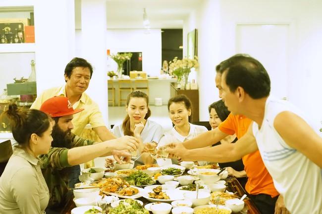 Hà Hồ mời đạo diễn Kong: Skull Island dùng cơm tối thân mật với gia đình - ảnh 5