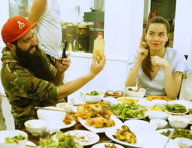 Hà Hồ mời đạo diễn Kong: Skull Island dùng cơm tối thân mật với gia đình - ảnh 3