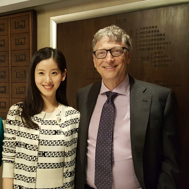 Hot girl trà sữa khiến nhiều người ngưỡng mộ khi gặp gỡ và nói chuyện cùng tỷ phú Bill Gates - Ảnh 2.