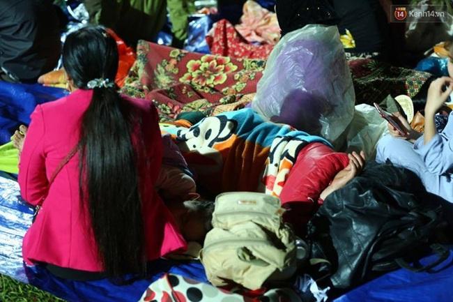 Vạ vật ngủ đêm ngoài trời chờ tới giờ khai mạc giỗ tổ Hùng Vương - Ảnh 8.