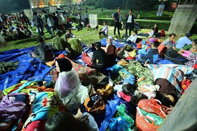 Vạ vật ngủ đêm ngoài trời chờ tới giờ khai mạc giỗ tổ Hùng Vương - Ảnh 7.
