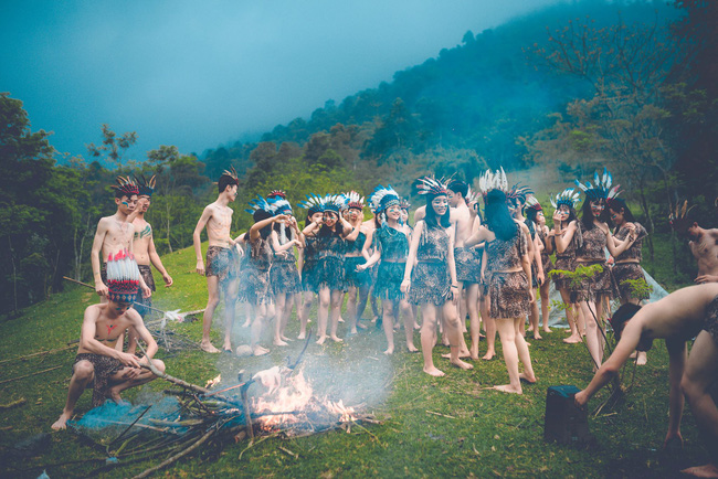 Thêm một ý tưởng cho mùa kỷ yếu: Cả lớp hóa thân thành thổ dân, người quấn khố, đầu đổi mũ lông ngỗng - Ảnh 10.