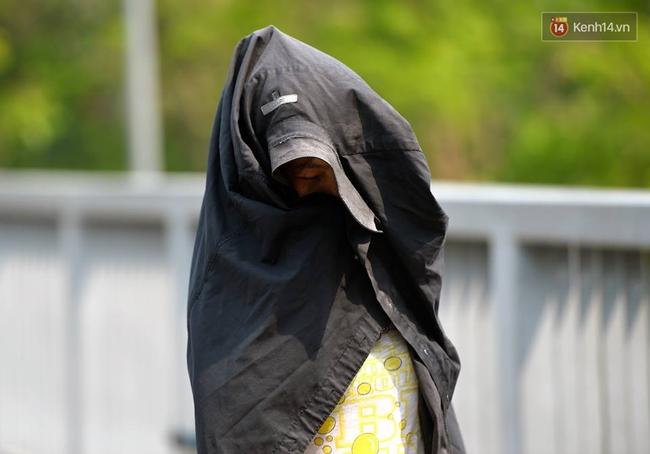 Chùm ảnh: Thật khó tin, mới đầu tháng 4, người Hà Nội đã vật vã vì nắng nóng gần 40 độ C - Ảnh 3.