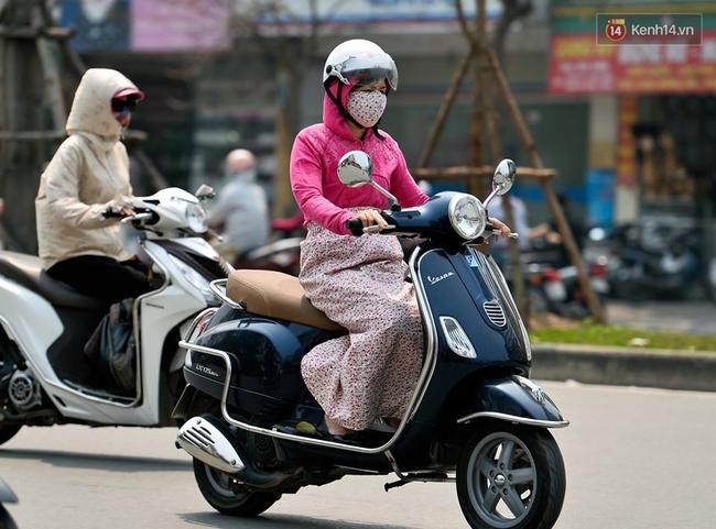 Chùm ảnh: Thật khó tin, mới đầu tháng 4, người Hà Nội đã vật vã vì nắng nóng gần 40 độ C - Ảnh 12.