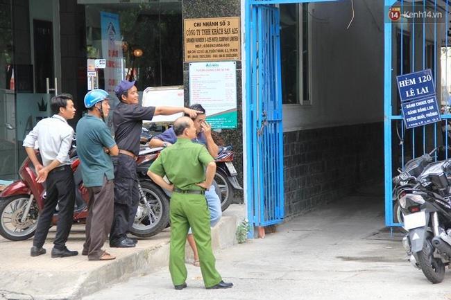 Vụ khách Tây rơi từ tầng 5 khách sạn trung tâm Sài Gòn: Đang tiến hành lấy lời khai người vợ Việt - Ảnh 2.