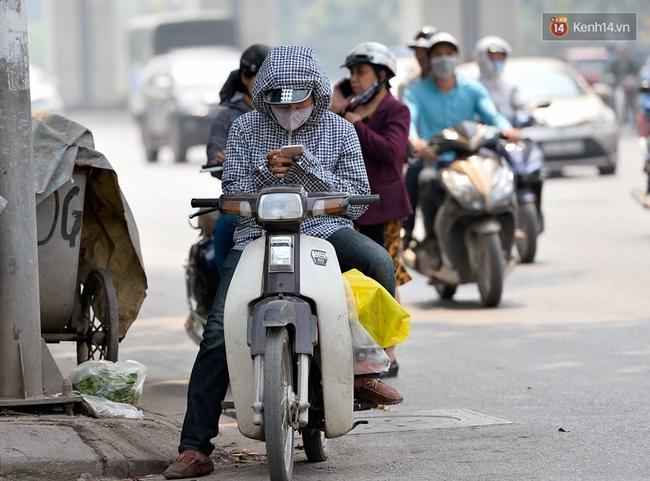 Chùm ảnh: Thật khó tin, mới đầu tháng 4, người Hà Nội đã vật vã vì nắng nóng gần 40 độ C - Ảnh 5.