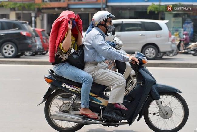 Chùm ảnh: Thật khó tin, mới đầu tháng 4, người Hà Nội đã vật vã vì nắng nóng gần 40 độ C - Ảnh 10.