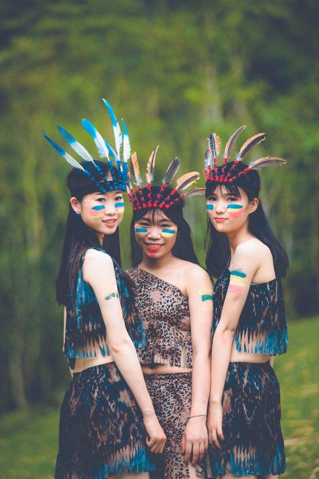 Thêm một ý tưởng cho mùa kỷ yếu: Cả lớp hóa thân thành thổ dân, người quấn khố, đầu đổi mũ lông ngỗng - Ảnh 8.