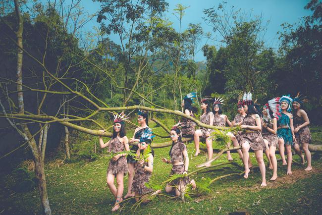 Thêm một ý tưởng cho mùa kỷ yếu: Cả lớp hóa thân thành thổ dân, người quấn khố, đầu đổi mũ lông ngỗng - Ảnh 1.