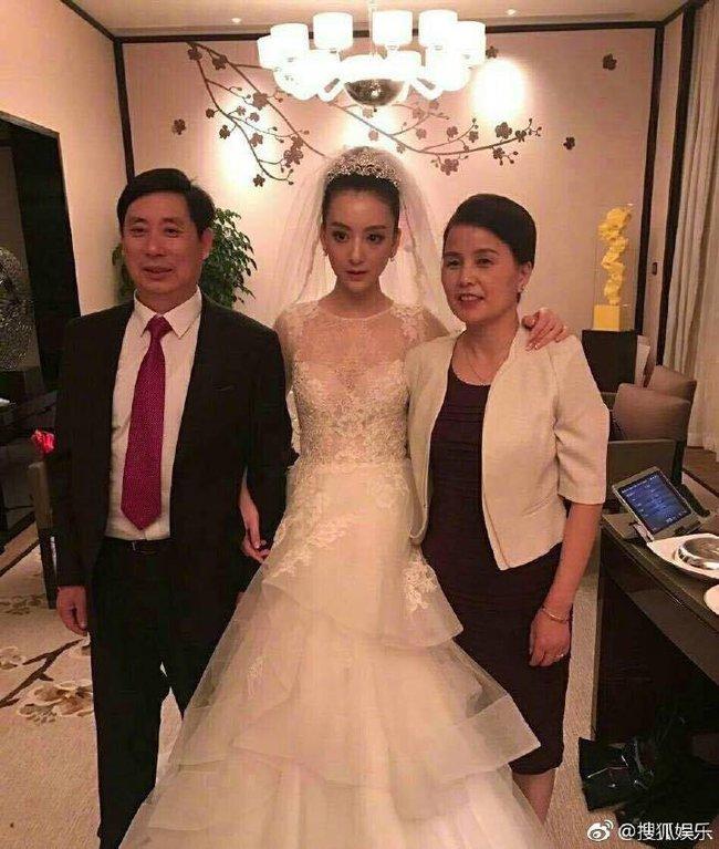 Cuối cùng cô dâu hotgirl đã xuất hiện, Quách Phú Thành nghẹn ngào xúc động trong hôn lễ - Ảnh 2.