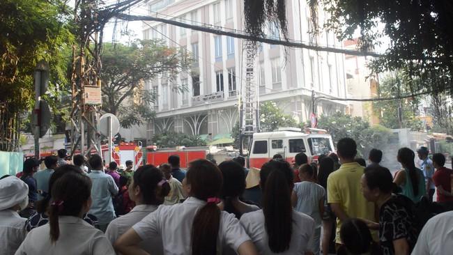 Giải cứu 15 người mắc kẹt trong đám cháy ở trung tâm Sài Gòn - ảnh 2