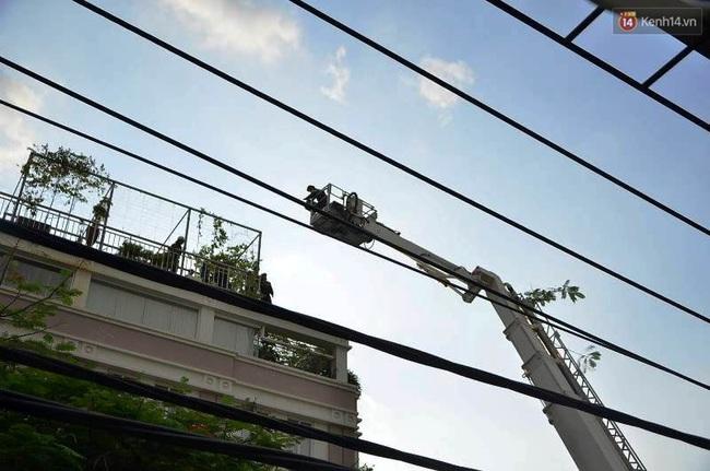 Giải cứu 15 người mắc kẹt trong đám cháy ở trung tâm Sài Gòn - Ảnh 7.