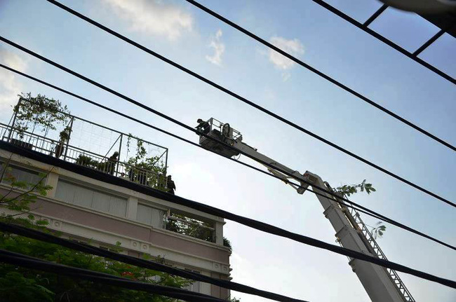 Giải cứu 15 người mắc kẹt trong đám cháy ở trung tâm Sài Gòn - ảnh 4