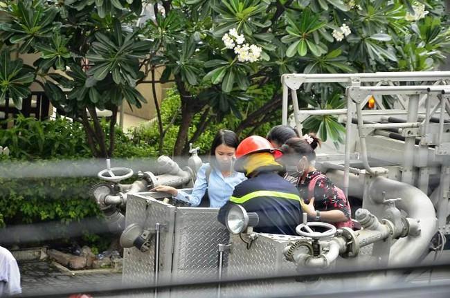 Giải cứu 15 người mắc kẹt trong đám cháy ở trung tâm Sài Gòn - ảnh 7