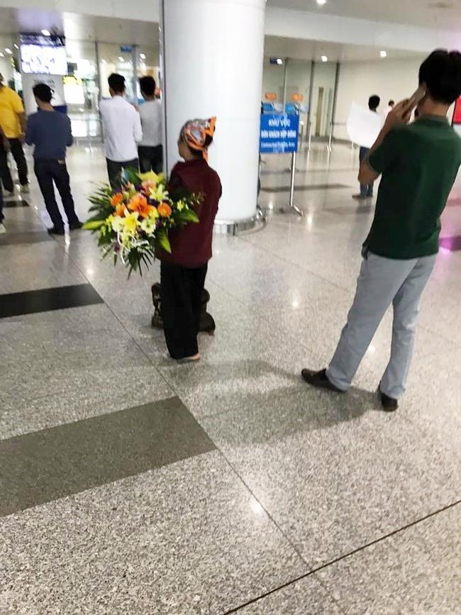Hình ảnh cảm động ở sân bay: Người mẹ nghèo ôm bó hoa 500k chờ tặng con gái sau 3 năm đi xuất khẩu lao động - Ảnh 4.