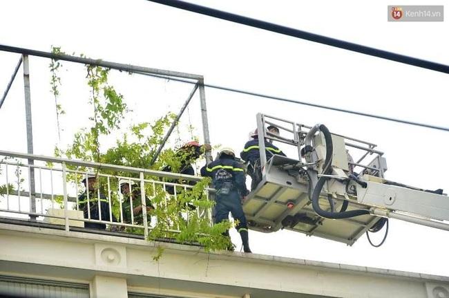 Giải cứu 15 người mắc kẹt trong đám cháy ở trung tâm Sài Gòn - Ảnh 6.