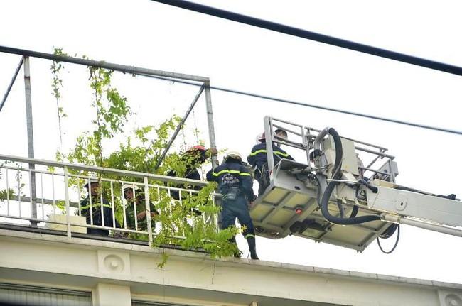 Giải cứu 15 người mắc kẹt trong đám cháy ở trung tâm Sài Gòn - ảnh 5
