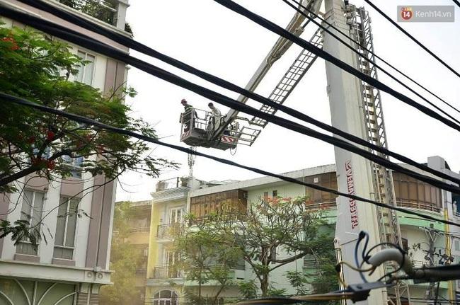 Giải cứu 15 người mắc kẹt trong đám cháy ở trung tâm Sài Gòn - Ảnh 4.