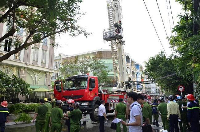 Giải cứu 15 người mắc kẹt trong đám cháy ở trung tâm Sài Gòn - ảnh 1
