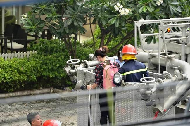 Giải cứu 15 người mắc kẹt trong đám cháy ở trung tâm Sài Gòn - ảnh 8