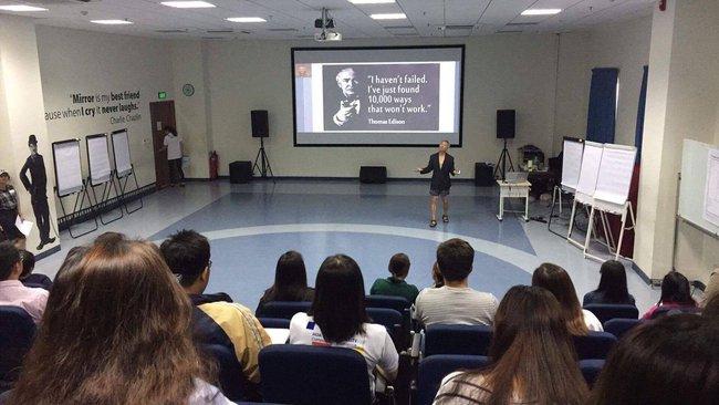 Phó hiệu trưởng ĐH Hoa Sen mặc quần đùi, áo thun giảng bài trước sinh viên: