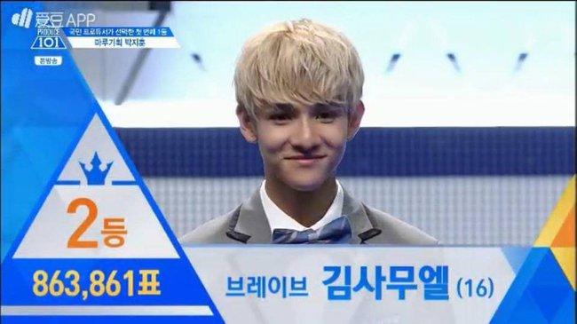 Hot boy nháy mắt và Hoàng tử lai tranh nhau vị trí số 1 tại Produce 101 - Ảnh 2.