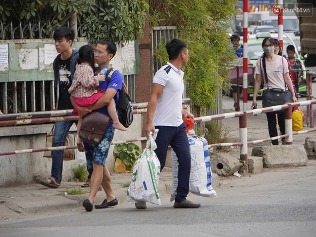 Kết thúc 4 ngày nghỉ lễ, người dân lỉnh kỉnh đồ đạc quay lại Hà Nội và Sài Gòn - Ảnh 6.