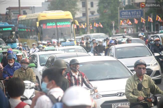 Kết thúc 4 ngày nghỉ lễ, người dân lỉnh kỉnh đồ đạc quay lại Hà Nội và Sài Gòn - Ảnh 4.