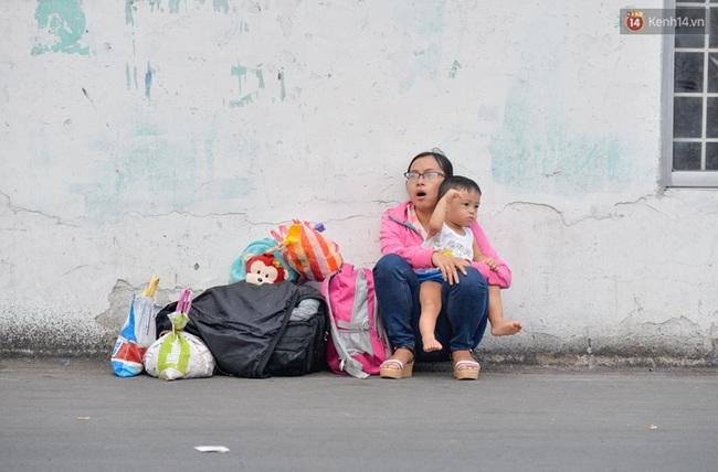Kết thúc 4 ngày nghỉ lễ, người dân lỉnh kỉnh đồ đạc quay lại Hà Nội và Sài Gòn - Ảnh 18.