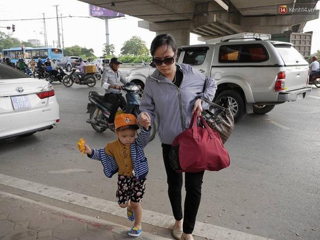Kết thúc 4 ngày nghỉ lễ, người dân lỉnh kỉnh đồ đạc quay lại Hà Nội và Sài Gòn - Ảnh 13.