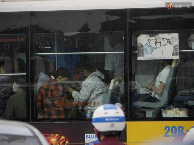 Kết thúc 4 ngày nghỉ lễ, người dân lỉnh kỉnh đồ đạc quay lại Hà Nội và Sài Gòn - Ảnh 5.