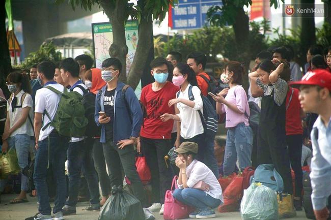 Kết thúc 4 ngày nghỉ lễ, người dân lỉnh kỉnh đồ đạc quay lại Hà Nội và Sài Gòn - Ảnh 10.