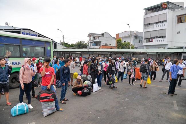 Kết thúc 4 ngày nghỉ lễ, người dân lỉnh kỉnh đồ đạc quay lại Hà Nội và Sài Gòn - Ảnh 17.