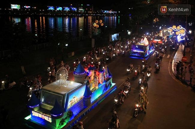 Hàng vạn người đổ ra đường hòa mình cùng lễ hội đường phố cực sôi động ở Đà Nẵng - Ảnh 2.