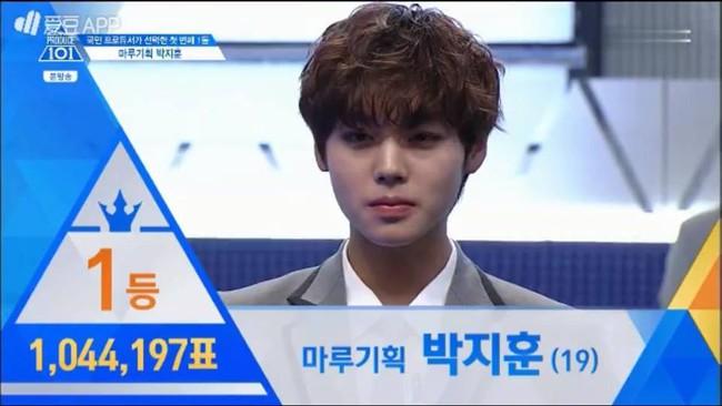Hot boy nháy mắt và Hoàng tử lai tranh nhau vị trí số 1 tại Produce 101 - Ảnh 1.