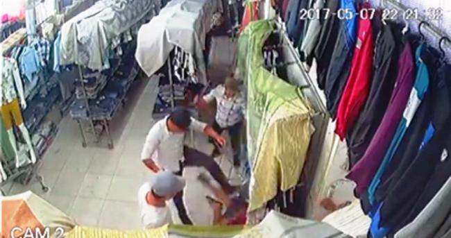 TP. HCM: Nhóm côn đồ mang hung khí xông vào cửa hàng quần áo chém gục một thanh niên - Ảnh 1.