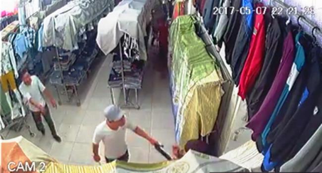 TP. HCM: Nhóm côn đồ mang hung khí xông vào cửa hàng quần áo chém gục một thanh niên - Ảnh 2.