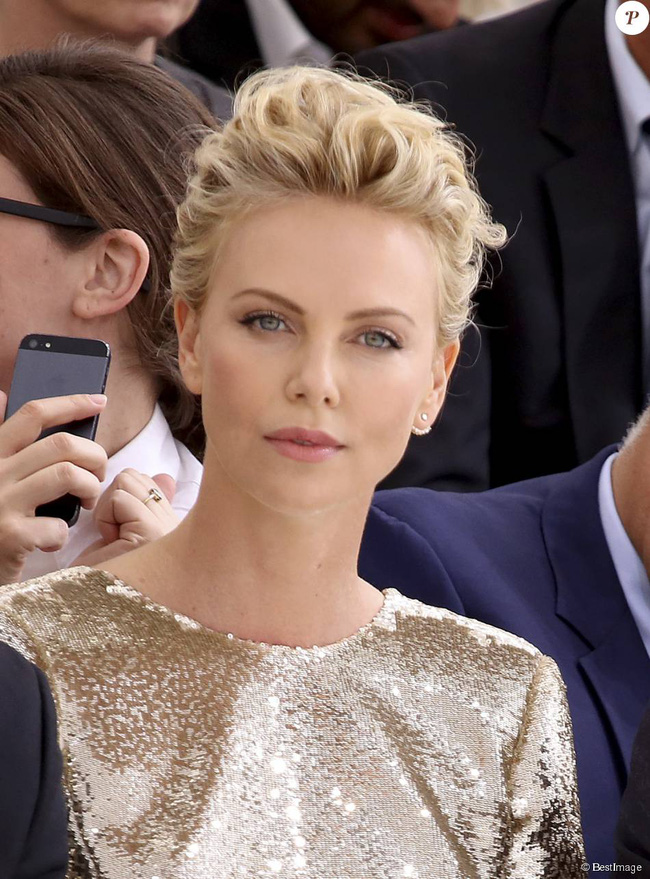 1896961-charlize-theron-people-au-defile