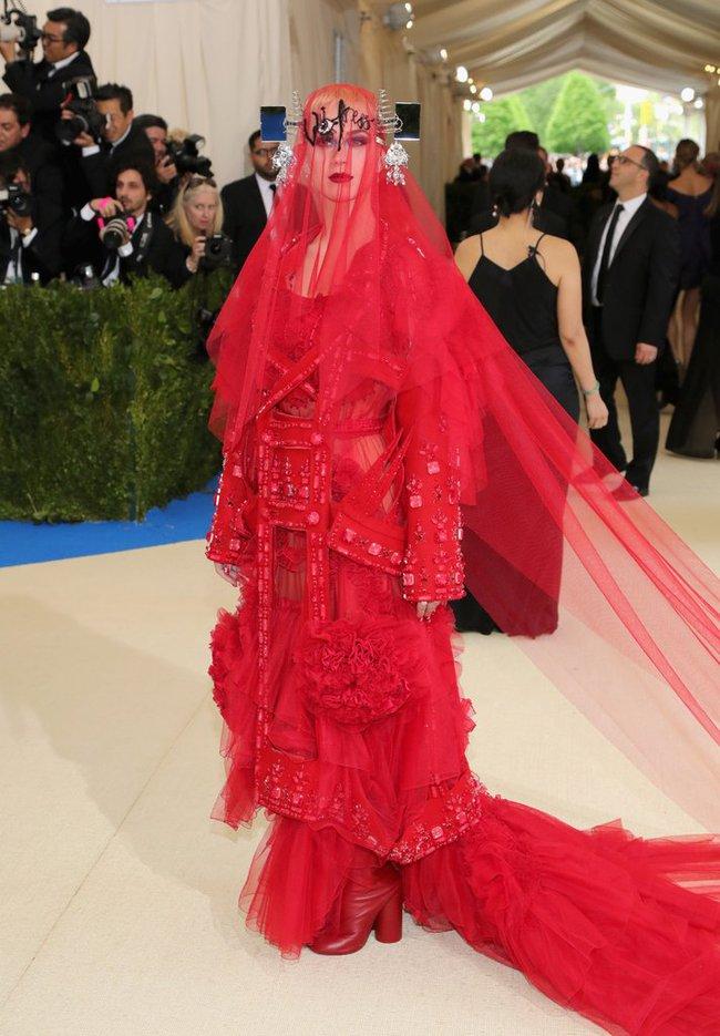 Met Gala 2017: Rihanna và Katy Perry thi nhau mặc dị, Cara Delevingne sơn bạc nguyên đầu - Ảnh 2.