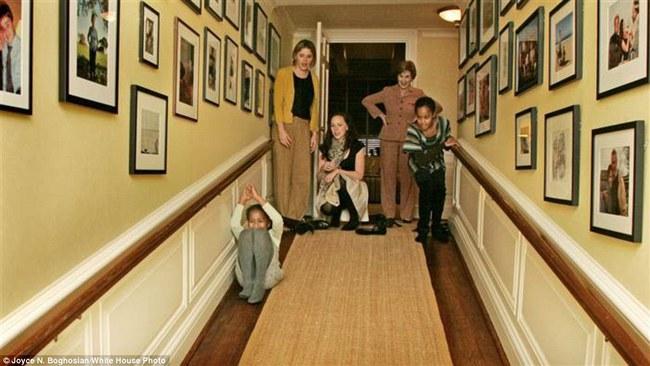 Những bức ảnh hiếm về 2 cô công chúa nhà Obama trong lần đầu đến Nhà Trắng - ảnh 2