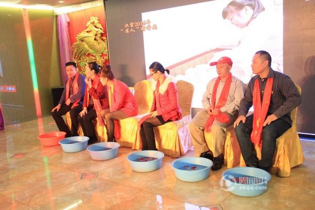 Trung Quốc: Lãnh đạo công ty tận tụy quỳ gối rửa chân cho nhân viên trong tiệc tất niên - ảnh 2
